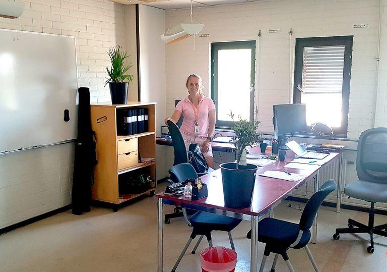 Kontorsrummet vid etableringen är helt uppbyggt av återvunna möbler, som annars skulle ha kastats.