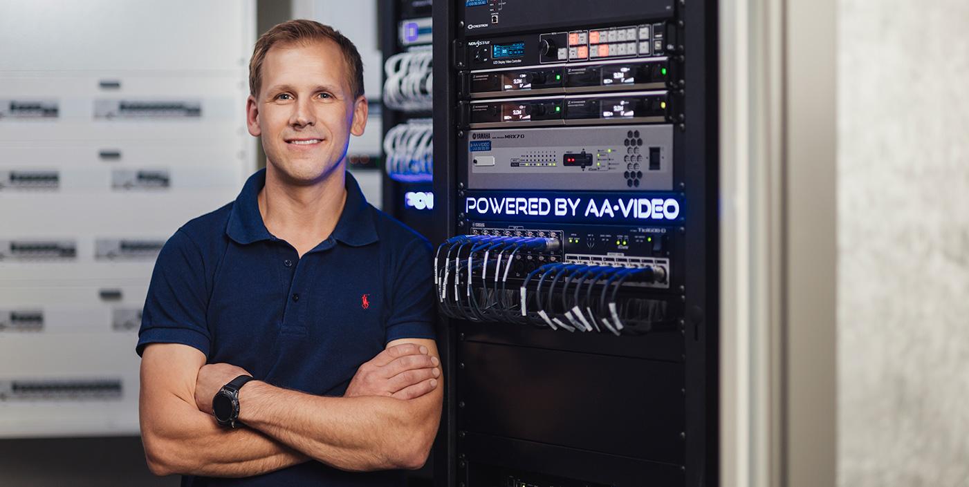 Niclas Rengenstedt, teknisk säljare och installatör på AA-Video i Linköping. Underleverantör i projekt O'Learys. Bild: Fotograf Satu