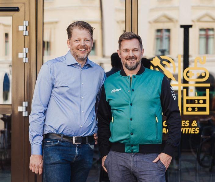 Joakim Sternander, E2C och Jesper Liedstrand, JJL Group utanför entrén till O'Learys nya eventarena i Linköping