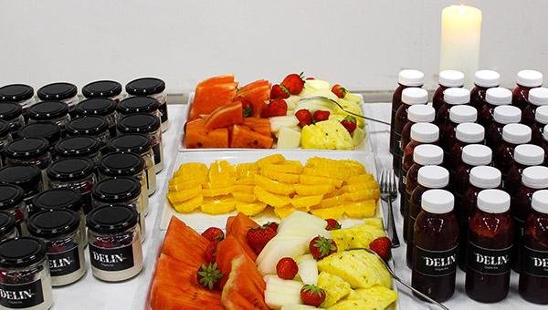 Byggfrukost hos E2C med skivad frukt och nyttig juice