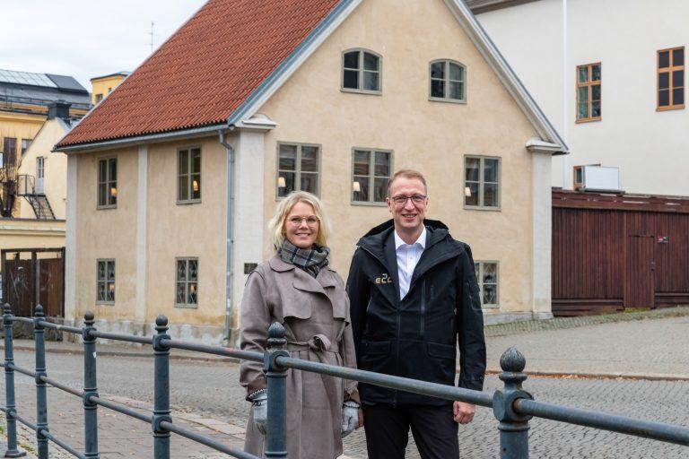 Johanna Palmér, tillträdande styrelseordförande E2C och Jörgen Hultmark, E2C framför Tvål-Jockes hus. Bild: Sofia Andersson, M&F Foto