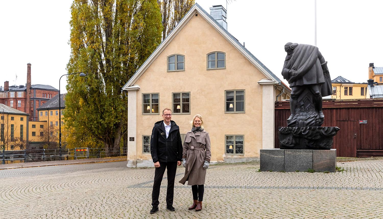 Jörgen Hultmark, E2C och Johanna Palmér, ny styrelseordförande E2C utanför Tvål-Jockes hus
