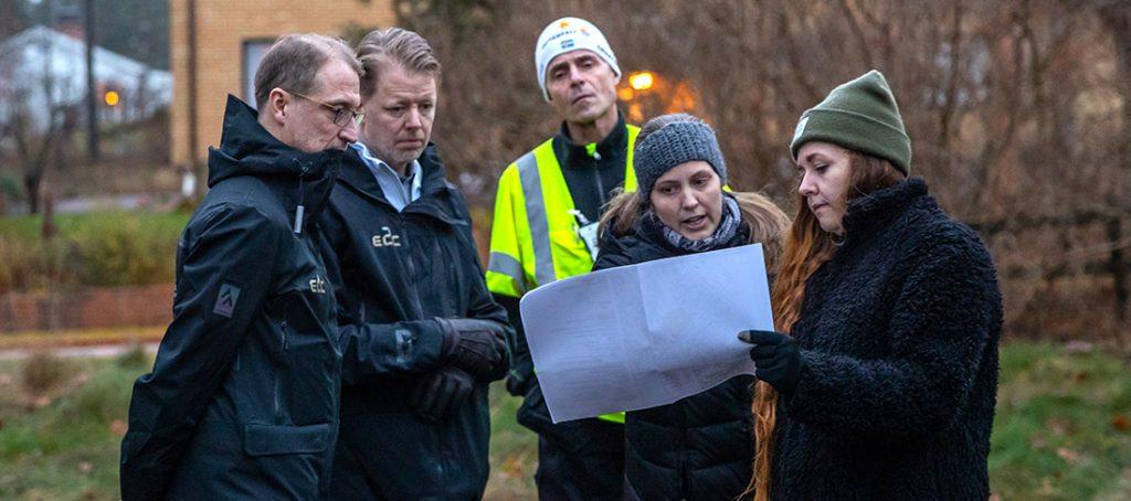 E2C och Finspångs kommun hade möte på den aktuella tomten vid Stora Allén och pratade om förutsättningarna för det nya flerfamiljshuset. Bild: M&F Foto